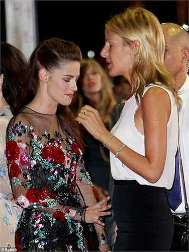 Kristen xuất hiện với bộ váy đen hoa nằm trong bộ sưu tập Thu đông 2012 của Zuhair Murad, mái tóc dài để xõa và gạt qua một bên vai.