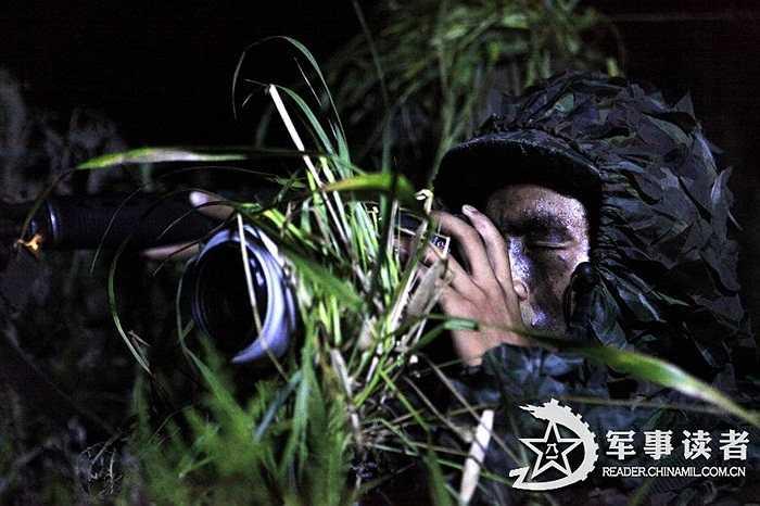 Một binh lính đang chụp ảnh thăm dò địch thủ giả tưởng