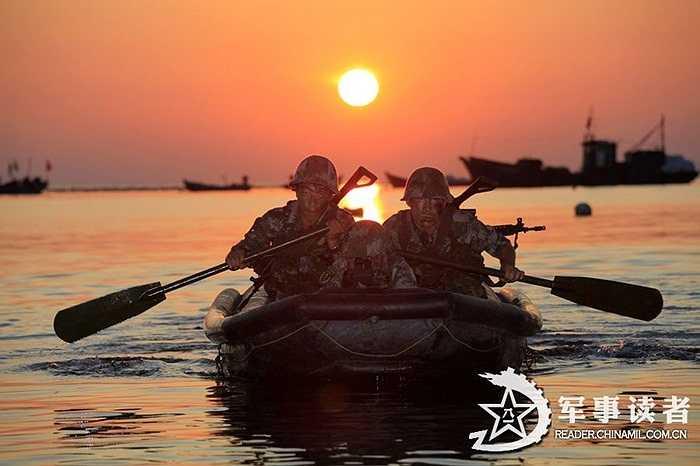 Các binh lính đi thuyền thâm nhập vùng đất của địch thủ lúc hoàng hôn