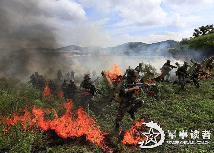 Lính Trung Quốc diễn tập tổng tấn công