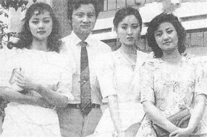 Từ trái qua: Tiết Bảo Thoa - Trương Lợi, Giả Bảo Ngọc - Âu Dương Phấn Cường, Lâm Đại Ngọc - Trần Hiểu Húc, Vương Hy Phượng - Đặng Tiệp
