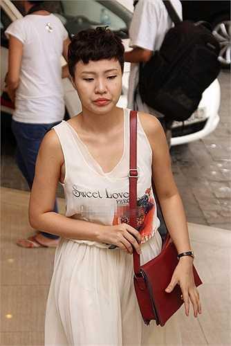Phương Linh - nhân vật nữ bị ghi âm cuộc điện thoại với Phương Uyên đến và trông vẻ mặt khá mệt mỏi.
