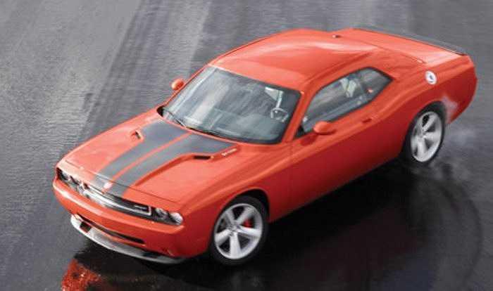 Dodge Charger SRT8 màu cam.