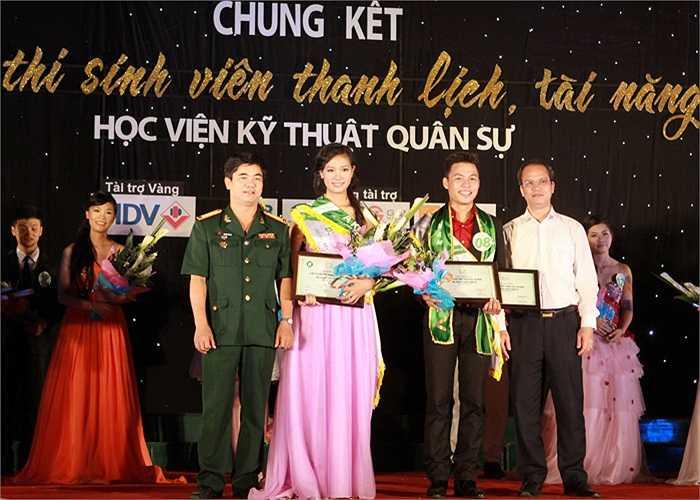 Cẩm Tú còn giành luôn giải Miss duyên dáng của cuộc thi.
