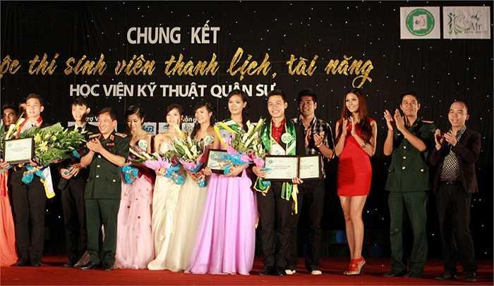 Ban tổ chức trao giải cho các thí sinh xuất sắc nhất cuộc thi