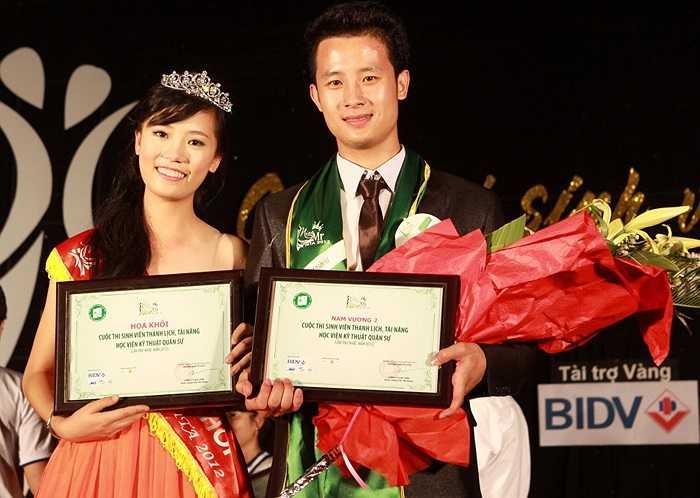 Miss Nguyễn Cẩm Tú và Nam Vương 2 Trần Văn Tú chụp ảnh lưu niệm