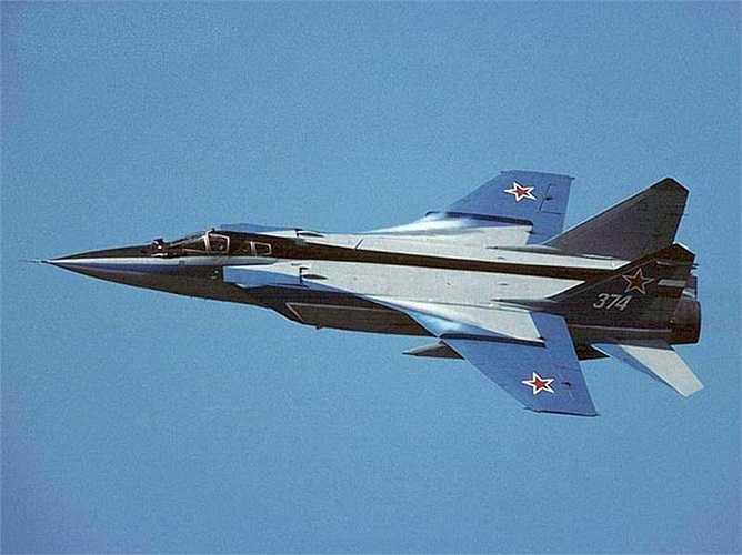 Máy bay chiến đấu thế hệ thứ 4 MiG-31 với khả năng đánh chặn tầm xa trong mọi thời tiết