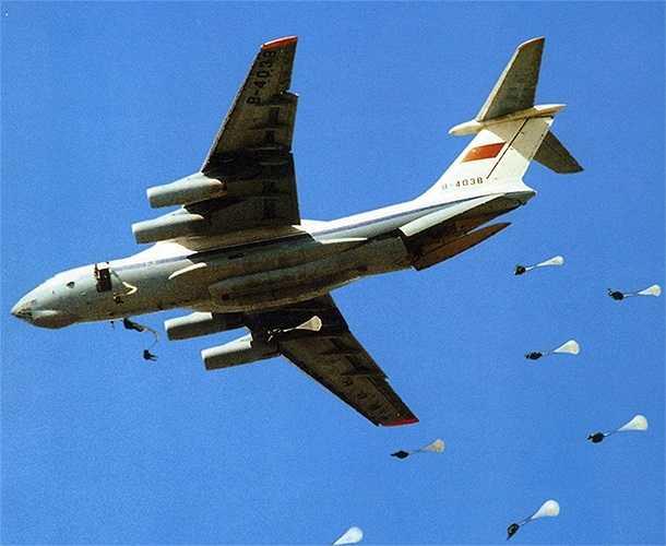 Máy bay vận tải IL-76 với nhiệm vụ vận chuyển lính dù