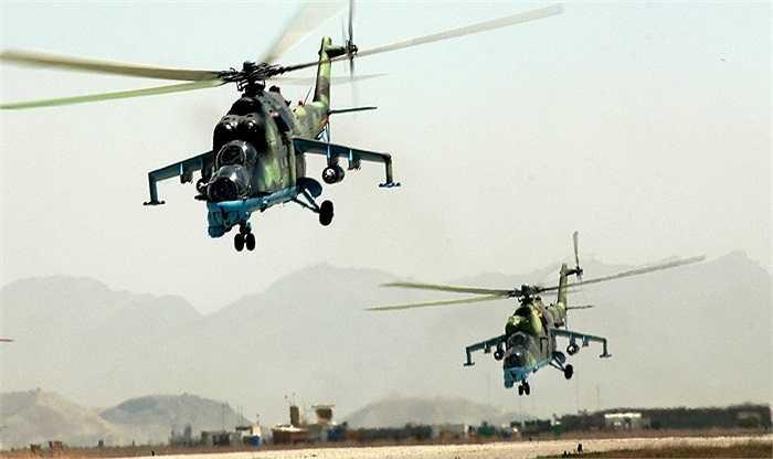Trực thăng tấn công Mi-35 với khả năng sơ tán binh sĩ bị thương bằng khoang và móc treo bên ngoài