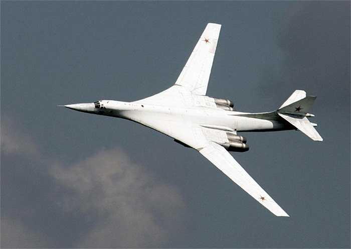 Siêu máy bay ném bom chiến lược Tu-160 với khả năng biến hình nhờ thay đổi góc mở của cánh