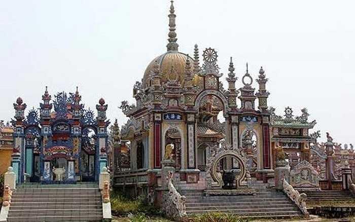 """Người từ nơi khác khi ngang qua làng An Bằng (xã Vinh An, Phú Vang, Huế) phải ngỡ ngàng trước những """"lâu đài"""" dành cho người chết như thế này (Ảnh: VietNamNet)"""