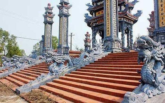 Hầu hết khu mộ đều có những cột trụ hoành tráng hay lối vào được đắp rồng phượng để thể hiện sự cường thịnh về một dòng họ nào đó ở làng An Bằng (Ảnh: VietNamNet)