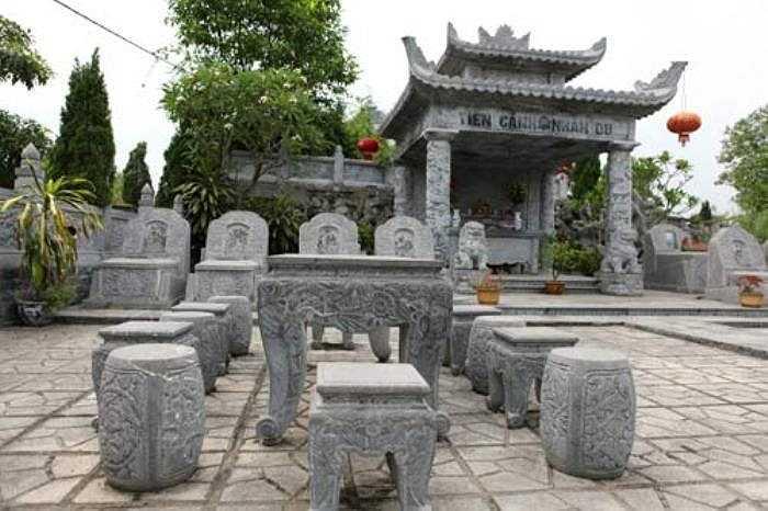 """Tại Công viên nghĩa trang Vĩnh Hằng (Ba Vì – Hà Nội), khu mộ """"Tiên cảnh nhàn du"""" được coi là ngôi mộ đắt nhất ở đây. Ngôi mộ được thiết kế kiên cố bằng đá, chạm khắc tinh xảo. Lăng mộ có giá 10 tỷ đồng."""