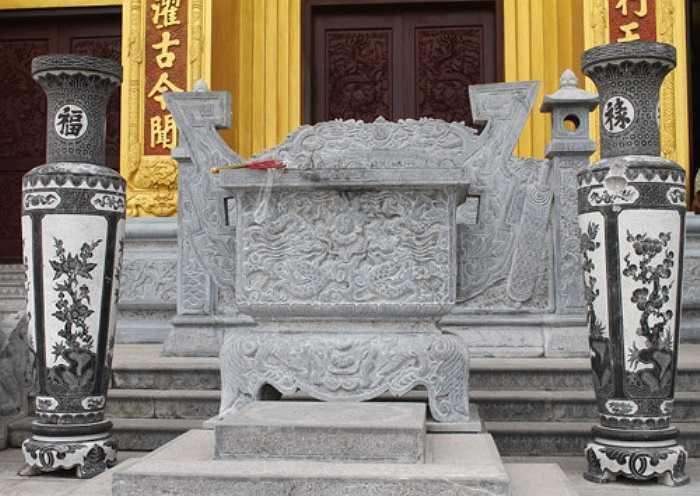 Lăng - đền thờ Hoằng Nghị Đại Vương.  Trần Hoằng Nghị là phụ thân của Trần Thủ Độ, nhà chính trị xuất sắc đã đặt Trần Cảnh, 8 tuổi lên ngai vàng, sáng lập triều Trần, một trong những vương triều hùng mạnh nhất lịch sử phong kiến Việt Nam.