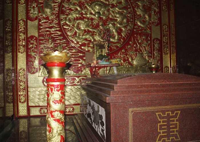 Các chi tiết được làm cầu kỳ, phủ một màu vàng và đỏ tuyệt đẹp. Đặc biệt, nơi đây có tượng các vua quan đời Trần, tất cả đều được làm bằng đồng nguyên chất, ngoài phủ vàng.