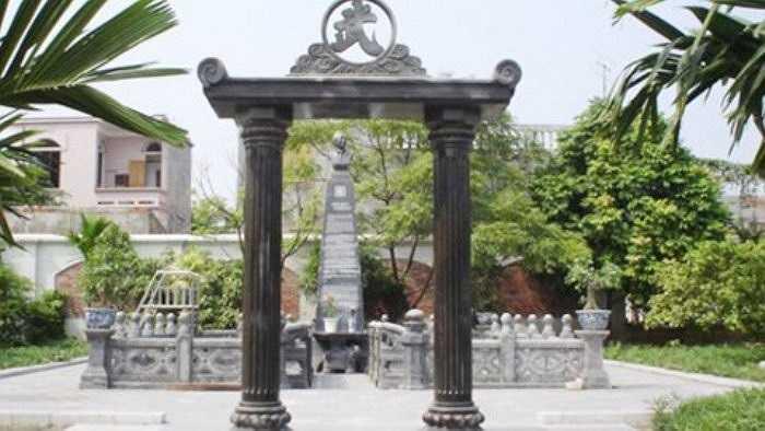 Mặc dù vẫn còn sống nhưng ông Vũ Hồng K. (TP Hải Phòng) đã xây lăng mộ hành tráng dành cho vợ chồng ông ngay tại ngôi biệt thự ông đang ở. Cổng vào lăng mộ được dựng bằng hai cột đá đen, mái cổng là một tấm đá đen lớn. (Ảnh: Bưu điện VN)