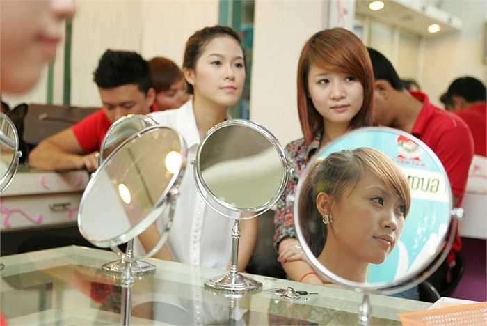 Các thí sinh nữ đều rất chăm chú lắng nghe các chuyên gia trang điểm hướng dẫn