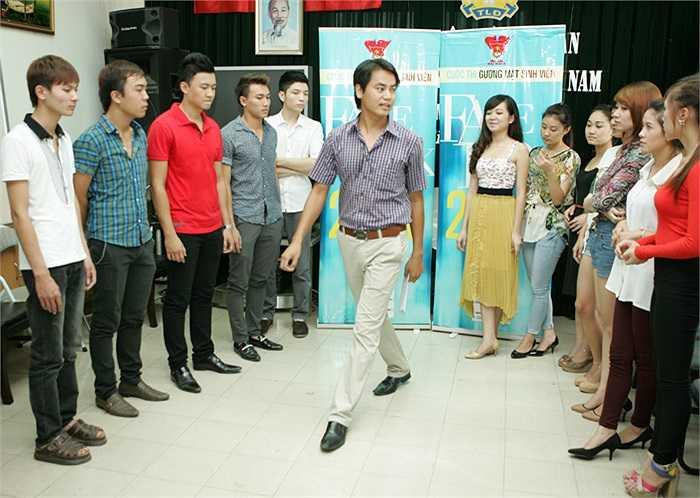 Diễn viên Đồng Thanh Bình hướng dẫn cho các thí sinh những kỹ năng trình diễn để có một đêm chung kết thành công