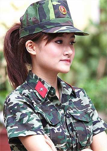 Cô nàng đa tài xinh đẹp khoác áo lính Nguyễn Thị Thu Trang