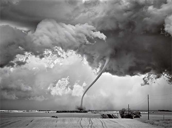 Hình ảnh vòi rồng trong cơn bão lốc có cường độ cực mạnh ở Bắc DaKota, Mỹ.