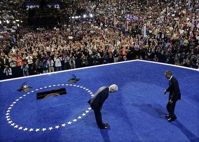 Cựu Tổng thống Mỹ Bill Clinton (bên trái) cúi chào Tổng thống đương nhiệm Barack Obama trong Đại hội Toàn quốc Đảng Dân chủ ở Bắc Carolina.