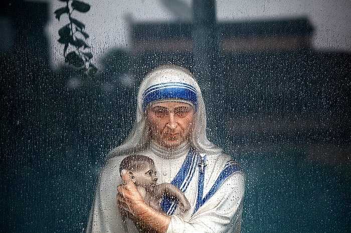 Bức tượng Mẹ Teresa qua ô cửa sổ dưới màn mưa ở Kolkata, Ấn Đ.