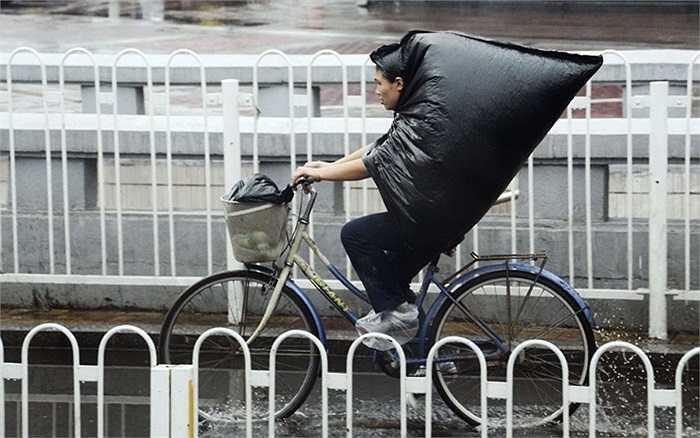 Muôn kiểu tránh mưa độc đáo của người Bắc Kinh.