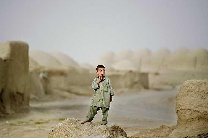 Cậu bé tò mò đứng xem quân đội Afghan tập luyện cùng lính Mỹ ở làng Nevay-deh, Afghanistan.