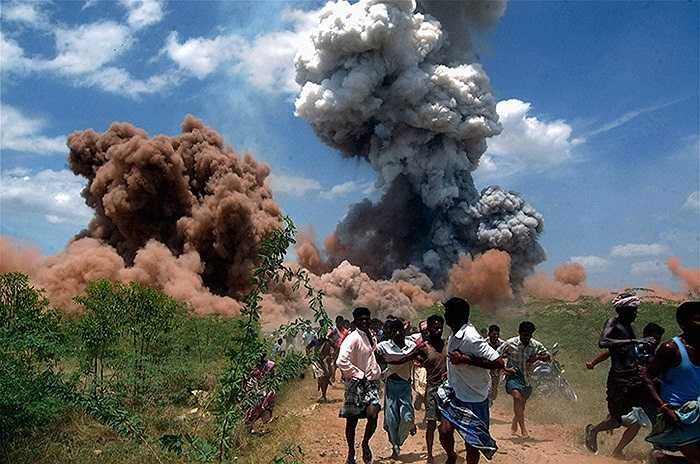 Người dân nháo nhác bỏ chạy khi một nhà máy pháo hoa phát nổ ở Sivakasi, Ấn Độ khiến 40 người thiệt mạng và 60 người khác bị thương.