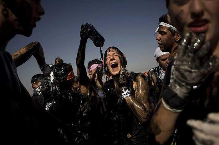 Mọi người tham gia lễ hội thường niên Cascamorras ở thành phố Bara, Tây Ban Nha.