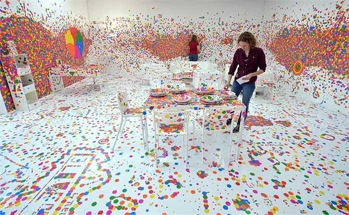 Căn phòng đặc biệt mang tên 'Ấn tượng Dấu chấm' của nghệ sĩ người Nhật Yayoi Kusama ở bảo tàng Wilhelm-Hack, Đức. Mỗi khách tham quan tới với căn phòng đều được thả sức sáng tạo với những dấu chấm nhiều màu sắc trên tường cũng như sàn nhà.