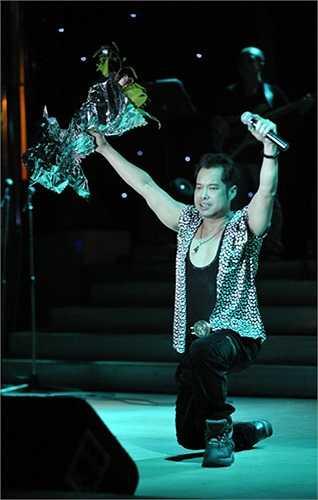 """""""Ông hoàng nhạc sến"""" Ngọc Sơn sau khi hát rất sung đã quỳ trên sân khấu để cảm ơn khán giả ."""