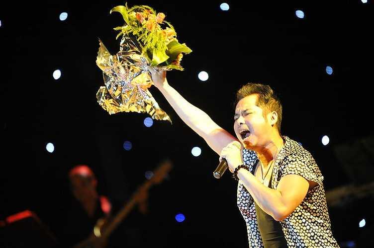 Ngọc Sơn được khán giả yêu mến tặng hoa