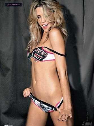 Abbey Clancy, vợ của ngôi sao Stoke City, Ngoại hạng Anh Peter Crouch. Cô được đánh giá là nàng Wags sexy nhất xứ sương mù.