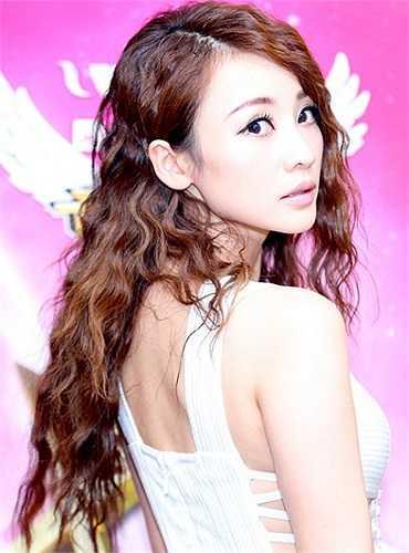 Chia tay với mái tóc thẳng và mái bằng trước kia, trông Liễu Nham cô quyến rũ và ngọt ngào hơn rất nhiều với tóc xoăn dài nhuộm nâu.
