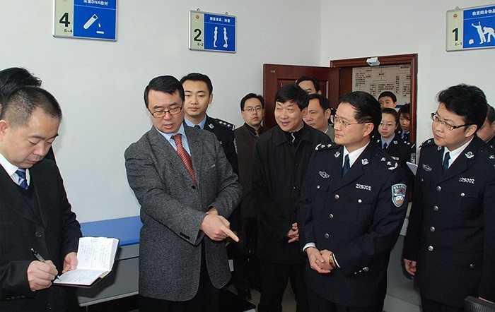 Vương Lập Quân tới thăm đồn cảnh sát địa phương hôm 5/2/2010