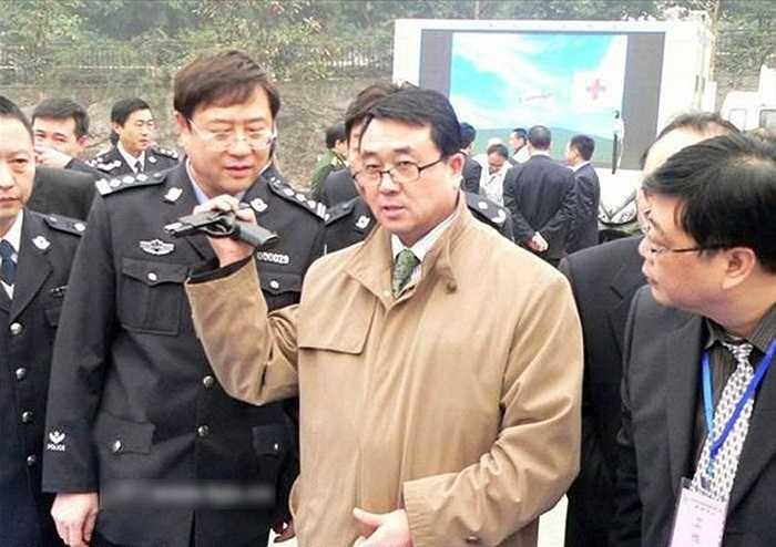 Vương Lập Quân làm mẫu động tác lên đạn súng ngắn bằng một tay