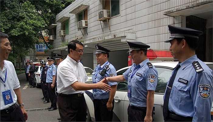 Tới thăm và động viên những cảnh sát tham gia phong trào 'đả hắc' – tiêu diệt xã hội đen do Bạc Hy Lai và Vương Lập Quân khởi xướng hôm 12/7/2009
