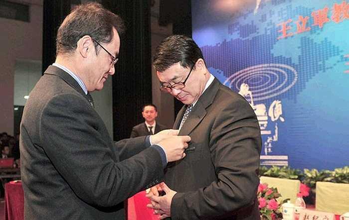 Ngày 4/12/2011, Giám đốc công an Trùng Khánh, Vương Lập Quân được Đại học Bưu điện Bắc Kinh phong hàm giáo sư