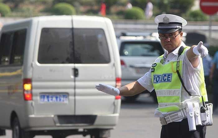 Vương Lập Quân tham gia điều khiển giao thông vào giờ cao điểm trên đường phố hôm 18/8/2010