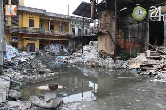 """Cả xã Phong Khê, huyện Yên Phong, tỉnh Bắc Ninh như một """"bãi rác"""" khổng lồ, khắp các ngả đường luôn nồng nặc mùi tạp chất do các xưởng sản xuất giấy thải ra."""