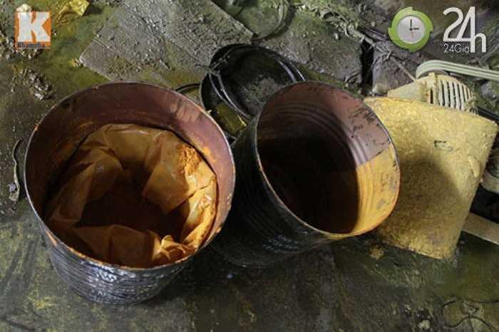 Các thùng hóa chất gồm thuốc tẩy Javen, chất làm dai giấy vứt ngổn ngang trong xưởng