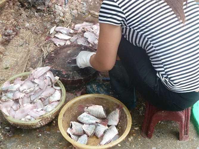 Cá được lọc ở chợ khi người mua hàng đã vãn.(Ảnh: GDVN)