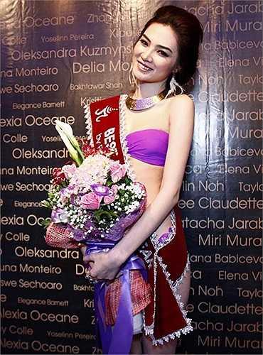 Ngọc Oanh vừa đạt giải tư Siêu mẫu quốc tế tổ chức tại Thái Lan đang là đối thủ đọ sắc vóc và làn da trắng mịn với Ngọc Trinh.
