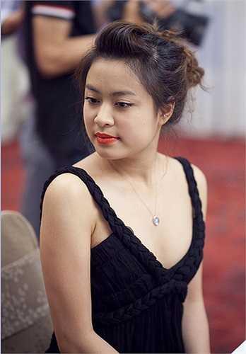 Hoàng Thùy Linh sở hữu vẻ đẹp đầy đặn, nữ tính.