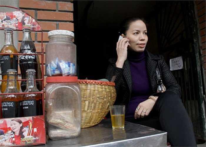 Quán nước vỉa hè nhỏ của chị Thủy nằm đối diện trường tiểu học Lê Ngọc Hân, Hà Nội chiều nào cũng đông khách. Chị đi SH, xài iPhone 4S, bán hàng theo giờ hành chính.