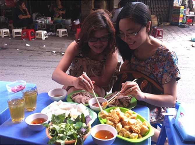 Kiên trì với nghề bún đậu mắm tôm, chị Hương (Phất Lộc, Hà Nội) đã tậu được xe hơi, nhà lầu nhờ nghề này.