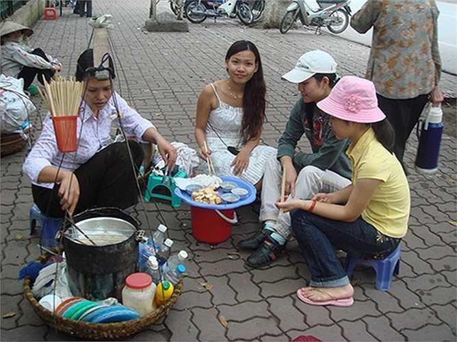 Những gánh hàng rong bún đậu ở hè phố nào Hà Nội cũng thấy. Với số vốn trăm ngàn đồng, một ngày họ cũng kiếm được vài chục nghìn tiền lãi