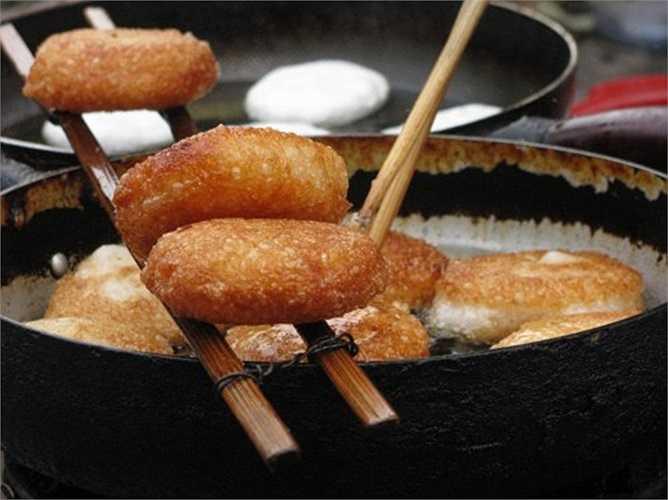 Những ngày chớm rét cũng là thời điểm các món bánh rán như bánh mặn, bánh chuối, bánh khoai, bánh ngô vào mùa kinh doanh.