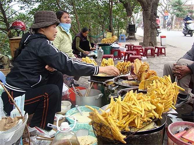 Mỗi kg khoai làm được 10 đến 12 chiếc bánh... với mức bán lẻ 5.000 đồng/chiếc bánh, mỗi ngày chị Yến lời xấp xỉ... 1 triệu đồng.